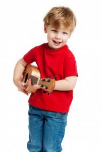 Kind lernt Gitarre spielen