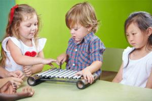 Kinder lernen bei uns u.a. das Xylophonspielen